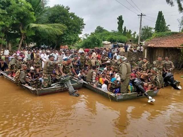 ریاست کیرالہ کے 4 اضلاع میں سے 22 ہزار سے زائد افراد کو محفوظ مقام پر منتقل کیا گیا۔ فوٹو : بھارتی میڈیا