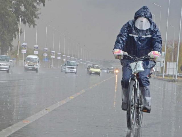 اہم شاہراہیں تالاب میں تبدیل ہوگئیں اور نشیبی علاقوں میں پانی کھڑا ہوگیا۔ فوٹو:فائل