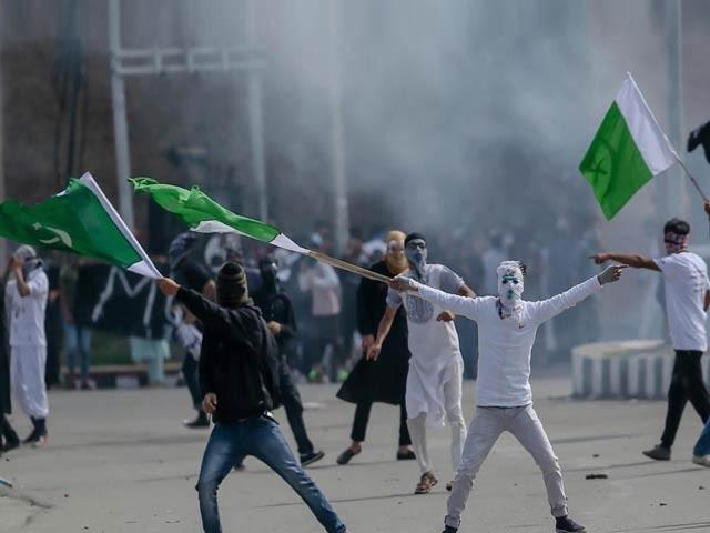 اللہ اکبر اور آزادی کے نعرے لگاتے کشمیری چیخ چیخ کر بھارت کی بدنیتی دنیا کو بیان کر رہے ہیں (فوٹو: فائل)