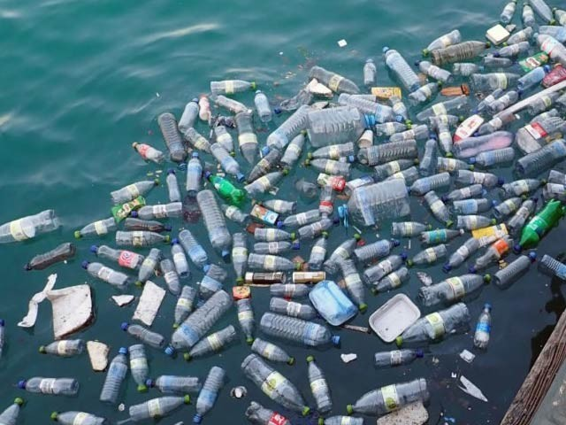 مقناطیسی نینوکوائل کے ذریعے خردبینی پلاسٹک کو نمکیات، کاربن ڈائی آکسائیڈ اور پانی میں تبدیل کیا جاسکتا ہے۔ فوٹو: فائل