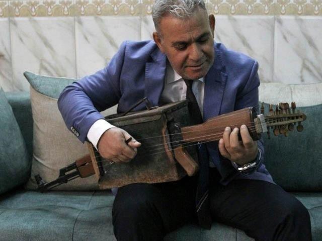 استاد مجید احمد نے خانہ جنگی کے دوران وطن اور اہل خانہ کی حفاظت کی خاطر کلاشنکوف اُٹھائی تھی۔ فوٹو : اے ایف پی