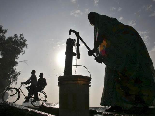 بنگلہ دیش میں پانی کی فراہمی کے براہِ راست نظام پر کلورین ڈسپینسر لگا کر ڈائریا کے مرض میں کمی نوٹ کی گئی ہے۔ فوٹو: فائل