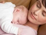 ماں کا دودھ دن بھر اپنی کیفیت بدلتا رہتا ہے اور بچوں میں دن اور رات کا شعور پیدا کرتا ہے۔ فوٹو: فائل