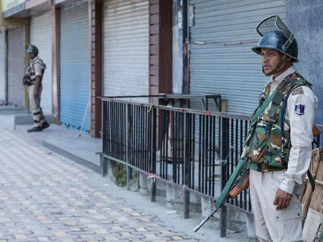 مقبوضہ کشمیر میں مواصلات کا نظام مکمل طور پر معطل جب کہ انٹرنیٹ اور ٹیلی فون سروس بند ہے فوٹو: فائل