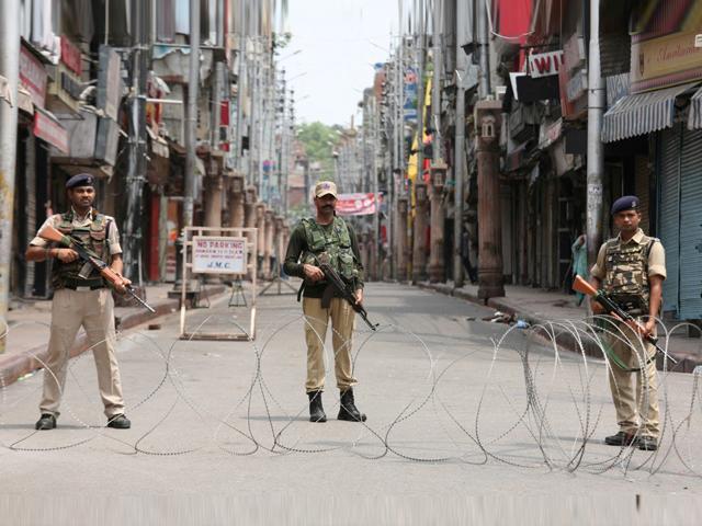 بھارت نے مقبوضہ کشمیر کو بہت بڑی جیل میں تبدیل کردیا ہے۔ (فوٹو: انٹرنیٹ)