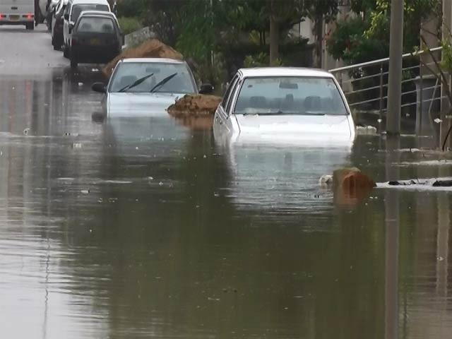سپر ہائی وے ڈیم اوور فلو ہونے سے سعدی ٹاؤن میں داخل ہونے والے پانی کا رخ اسکیم 33 کی طرف موڑا گیا، مکینوں کا الزام (فوٹو : ایکسپریس)
