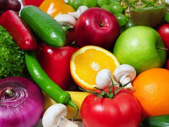 فلیوینوئیڈز ہرے پتوں والی سبزیوں، سیب، رس دار پھلوں، چاکلیٹ اور چائے میں وافر پائے جاتے ہیں۔ (فوٹو: فائل)