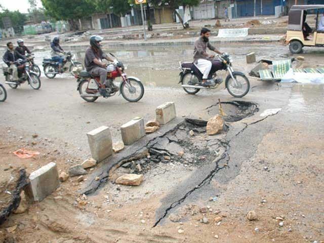 ناقص سڑکیں بنانے سے قوم کے ٹیکس کی رقم کا زیاں ہوا،سرکاری افسران اورٹھیکیداروںکااحتساب کیاجائے، ٹوٹی سڑکوں پر حادثات کا خدشہ ہے،شہری۔ فوٹو: ایکسپریس