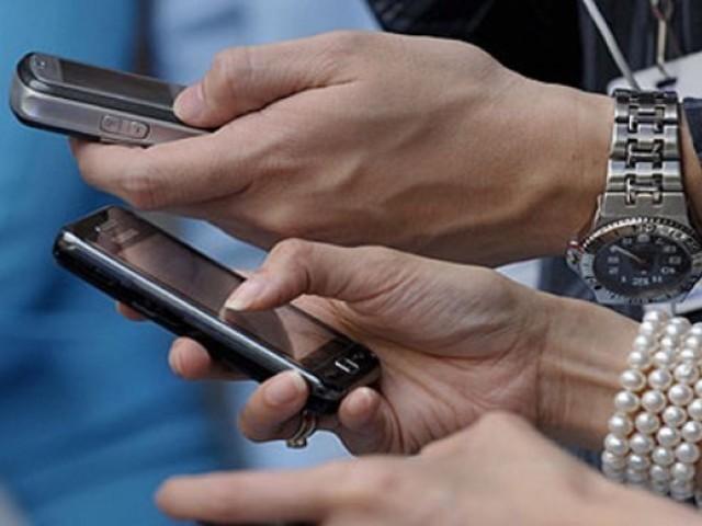 ایک سے زیادہ سم / آئی ایم ای آئی سلاٹس رکھنے والے تمام موبائل فون صارفین 31 اگست 2019 سے پہلے رجسٹریشن کروا لیں۔ فوٹو:فائل