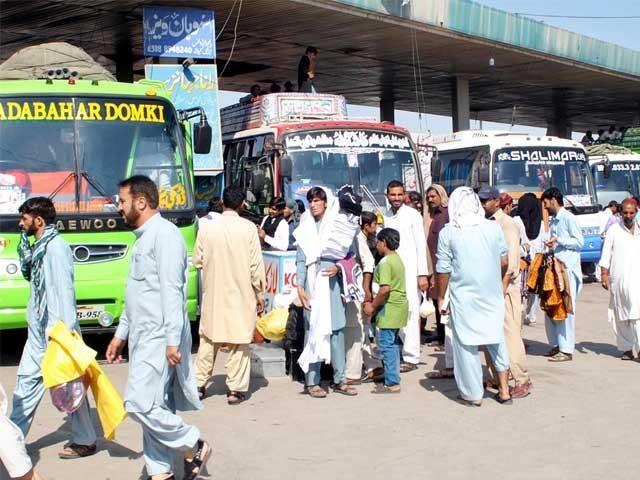اضافی کرایہ لینے والی مسافر گاڑیوں پر 4 لاکھ 90 ہزار روپے جرمانہ کیاگیا، اویس شاہ۔ فوٹو: فائل