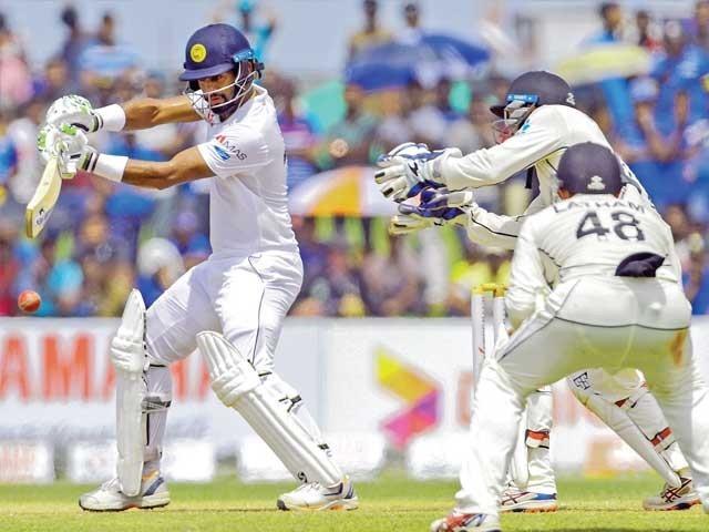 سری لنکن اوپنر ڈیموتھ کرونا رتنے کٹ شاٹ کھیل رہے ہیں فوٹو: فائل