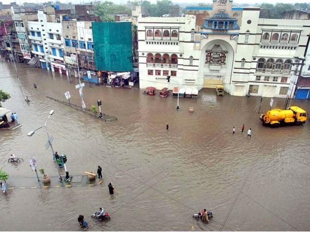 بارش کے باعث نشیبی علاقے پانی میں ڈوب گئے فوٹو:فائل