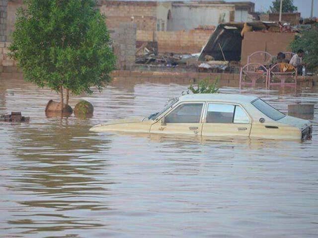 مسلسل ہونے والی بارشوں کے باعث ڈیم ٹوٹ گیا اور سیلابی ریلا آبادی میں داخل ہوگیا۔ فوٹو : ٹویٹر