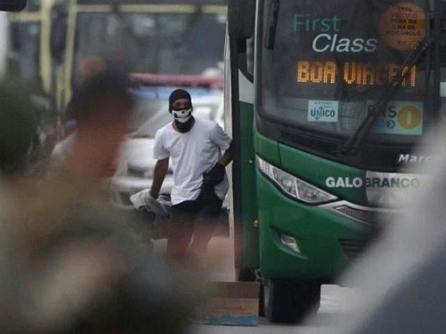 ہائی جیکر کے پاس پٹرول سے بھری بوتل تھی اور وہ بس کو آگ لگانا چاہتا تھا۔ فوٹو : اے ایف پی