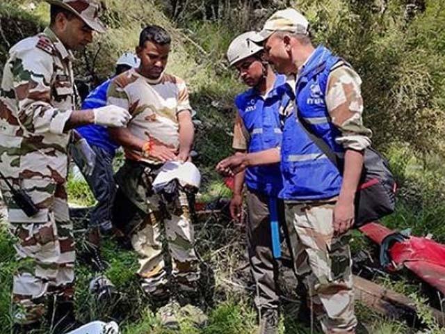 ہیلی کاپٹر میں پائلٹ، معاون پائلٹ اور ایک مقامی شخص سوار تھا۔ فوٹو : بھارتی میڈیا