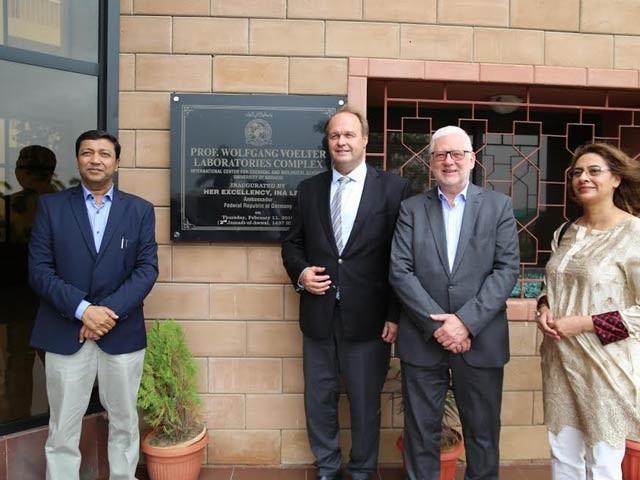 تصویر میں جرمن کونسل جرنل جناب یوجین وولفرتھ ، پروفیسر ڈاکر افتنر تھامس اور آئی سی سی بی ایس کے سربراہ ڈاکٹر اقبال چوہدری نمایاں ہیں۔ تصویر: بشکریہ آئی سی سی بی ایس
