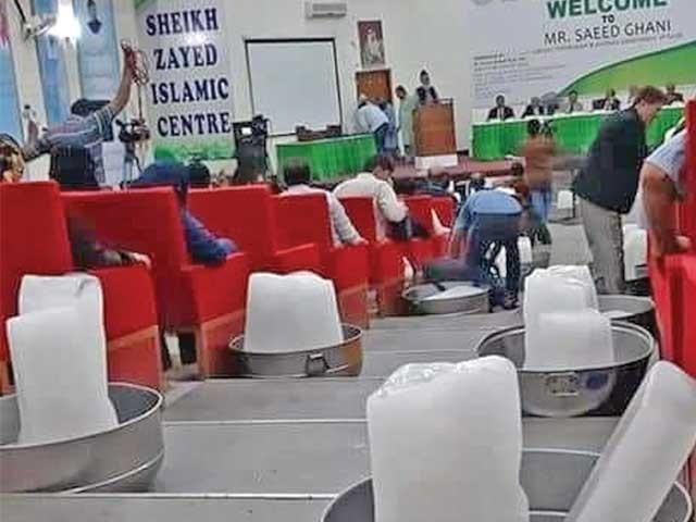 شیخ زید اسلامک سینٹر کے آڈیٹوریم میں اے سی خراب ہونے پر برف کی سلیں رکھ دی گئی ہیں۔ فوٹو: ایکسپریس