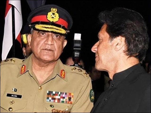 عمران خان نے اپنی حکومت کا ایک سال پورا ہوتے ہی آرمی چیف کی مدت ملازمت میں توسیع کردی۔ (فوٹو: انٹرنیٹ)