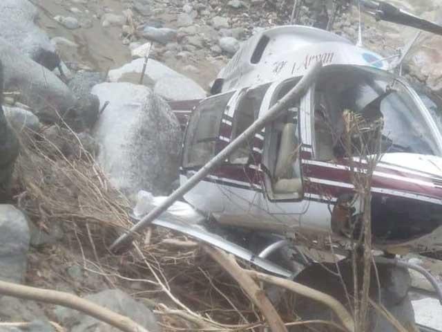حادثے میں ہیلی کاپٹر کا عملہ محفوظ رہا۔ فوٹو : بھارتی میڈیا