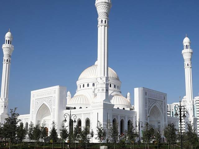 چیچنیا کے علاقے شالی میں آج یورپ کی سب سے بڑی اور خوبصورت ترین مسجد کا افتتاح کردیا گیا ہے جس میں ایک لاکھ نمازی سما سکتے ہیں۔ فوٹو: اے ایف پی