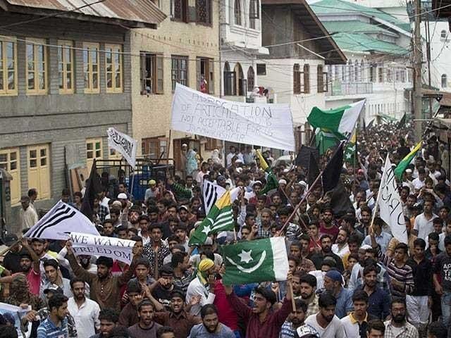 صحافیوں کا مقبوضہ کشمیر میں میڈیا پر پابندی کیخلافاحتجاج فوٹو:فائل
