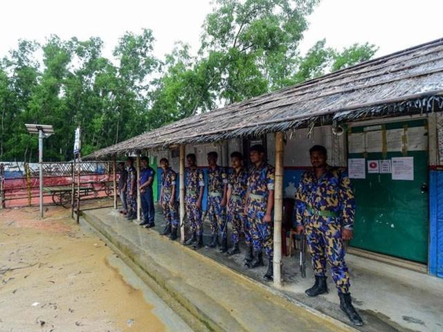 بنگلا دیش پولیس نے روہنگیا مہاجرین کیمپ کا محاصرہ کرلیا (فوٹو : اے ایف پی)