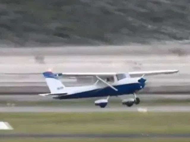 زیر تربیت پائلٹ نے کنٹرول ٹاور کی ہدایات پر عمل کرتے ہوئے بہ مشکل طیارے کو لینڈ کرایا فوٹو:ویڈیو گریب