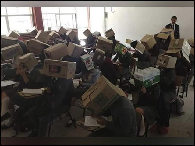 چوکور ڈبوں میں صرف اگلا حصہ کسی کھڑکی کی طرح کھلا ہوا تھا جس سے طالب علم سامنے کی طرف ہی دیکھ سکتے تھے۔ (فوٹو: انٹرنیٹ)