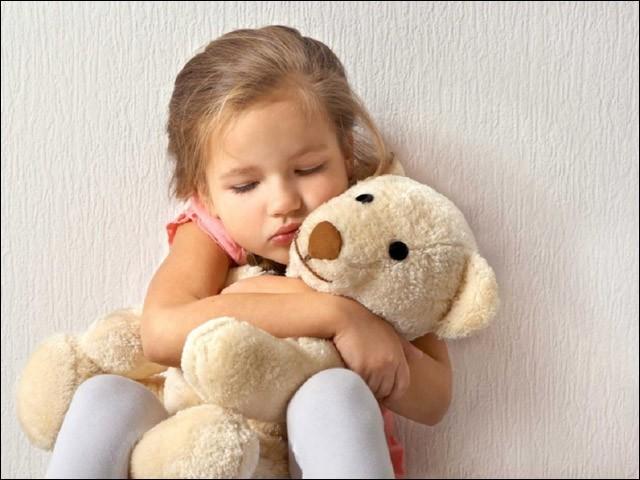 بچوں کے کاندھوں پر ابھی سے حد سے زیادہ بوجھ نہ ڈالیں۔ (فوٹو: انٹرنیٹ)