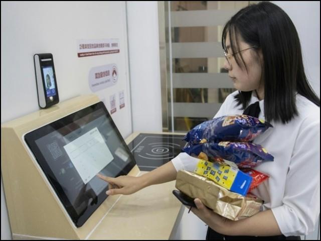 چینی صارفین کو پوائنٹ آف سیل پر پہنچ کر اپنا چہرہ صرف چند سیکنڈ کےلیے ایک مشین کے سامنے کرنا ہوتا ہے۔ (فوٹو: انٹرنیٹ)