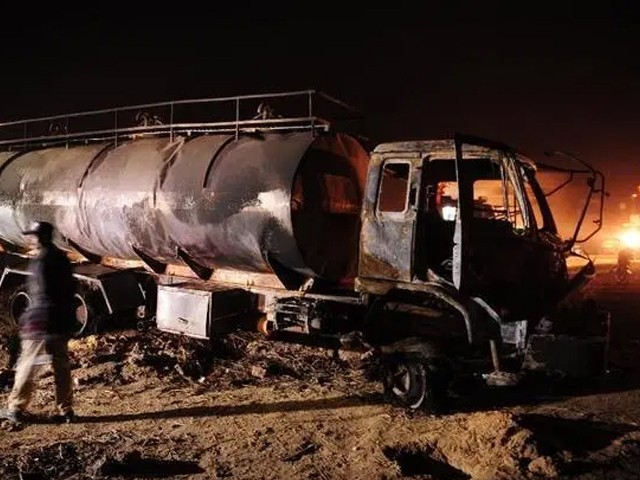 آئل ٹینکر اور ویگن میں تصادم کے بعد آگ لگ گئی جس کے نتیجے میں جانی نقصان ہوا۔ فوٹو : فائل