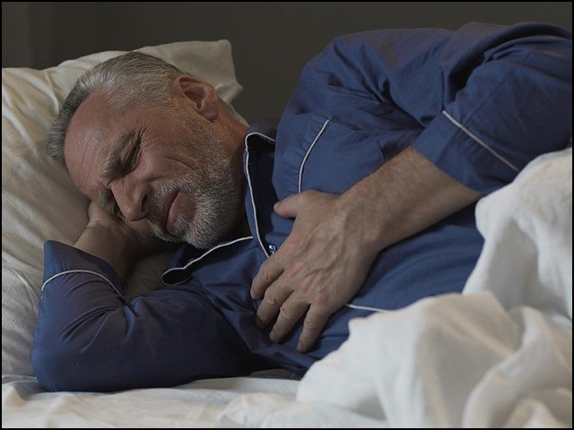 نیند ضرورت سے کم ہو یا زیادہ، ہر صورت میں نقصان دہ ثابت ہوتی ہے۔ (فوٹو: انٹرنیٹ)
