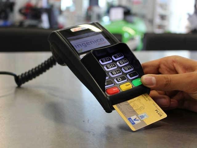 جاپانی ملازم نے اسٹور پر آنے والے گاہکوں کے کریڈٹ کارڈ کی تفصیلات یاد کرتے ہوئے ہزاروں ڈالر کی خریداری کی (فوٹو: فائل)