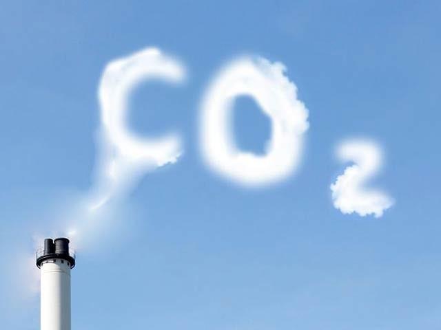 ماہرین نے کاربن ڈائی آکسائیڈ سے مائع ایندھن بنانے کا نیا طریقہ دریافت کیا ہے (فوٹو: فائل)