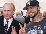 روس کے مشہور ریپر گلوکار ٹیماتی صدر پیوٹن کے ساتھ خوشگوار موڈ میں (فوٹو: اے ایف پی)
