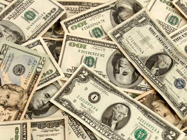 روپے کے مقابلے میں امریکی ڈالر کی قیمت میں 12 پیسے کی کمی ریکارڈ کی گئی. فوٹو: فائل