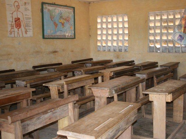 25 ہزار اساتذہ کی بھرتی کا مسئلہ بھی رواں سال حل کرلیا جائے گا، 1900 شیلٹر لیس اسکولوں میں سے 20 اسکول اپ گریڈکیے جائیں گے  فوٹو : فائل