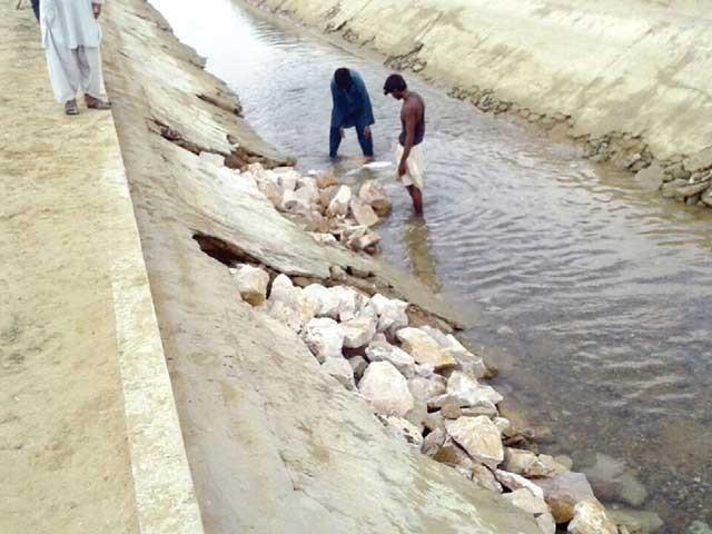 حب کینال کی خستہ حالی کا منظر، رساؤ کی وجہ سے پانی شہری علاقوں تک مکمل طور پر نہیں پہنچ پا رہا۔ فوٹو: فائل