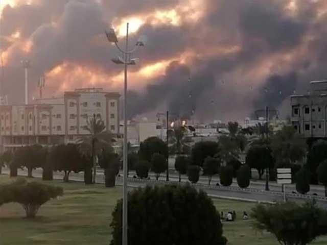 ارامکو کے پلانٹ پر ایک سے زائد ڈرون حملے ہوئے جس کے نتیجے میں خوفناک آگ بھڑک اٹھی۔ فوٹو:رائٹرز