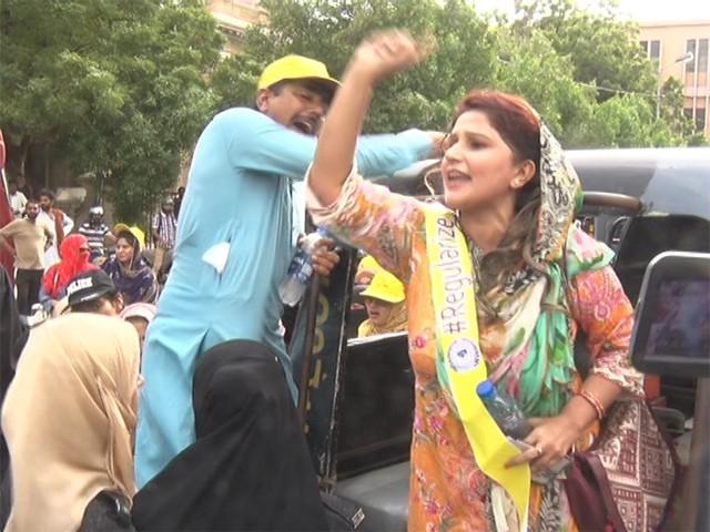 احتجاجی ایچ ایمز نے مطالبات منظور نہ ہونے تک احتجاج جاری رکھنے کا اعلان کردیا، فوٹو: ایکسپریس