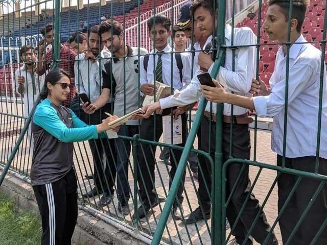 قومی ویمنز ٹیم کی کپتان نے اسٹیڈیم میں طالب علموں کو آٹو گراف دیئے اور سیلفیز بھی بنائیں۔