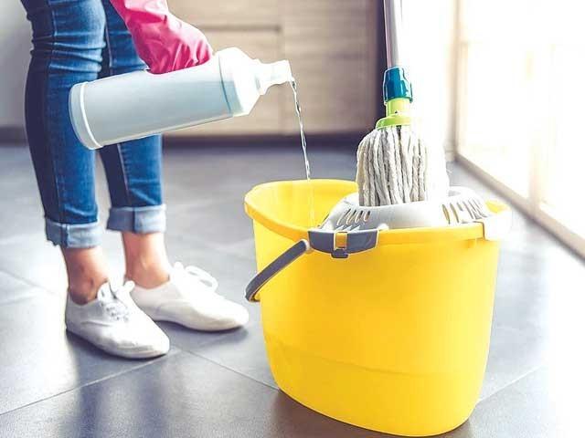 ہمارے گھر کی صفائی اور ہنڈیا روٹی کرنے والی'مددگار' نہ آئیں تو کیا ہو؟ فوٹو: فائل