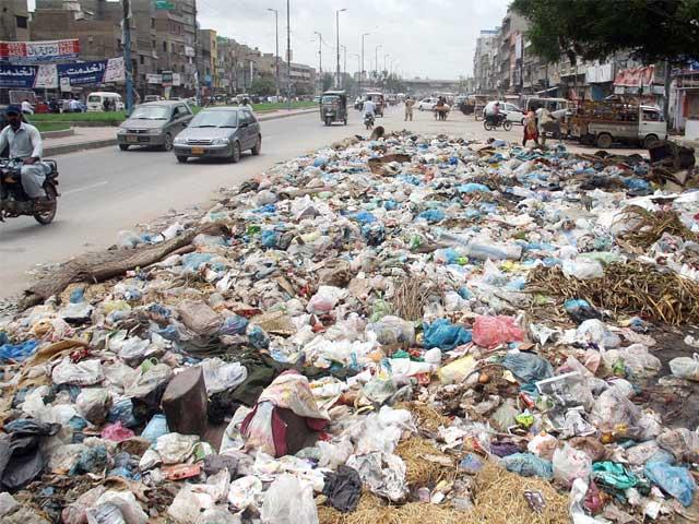 عملہ اور مشینری نہ رکھنے والے ڈپٹی کمشنرز صفائی کے امور کس طرح انجام دیں گے، کراچی میں صفائی کاکام پھر مشکل ترین بنادیا گیا۔ فوٹو: فائل