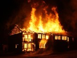دھماکے میں پورا مکان جل کر زمین بوس ہوگیا۔  فوٹو : فائل