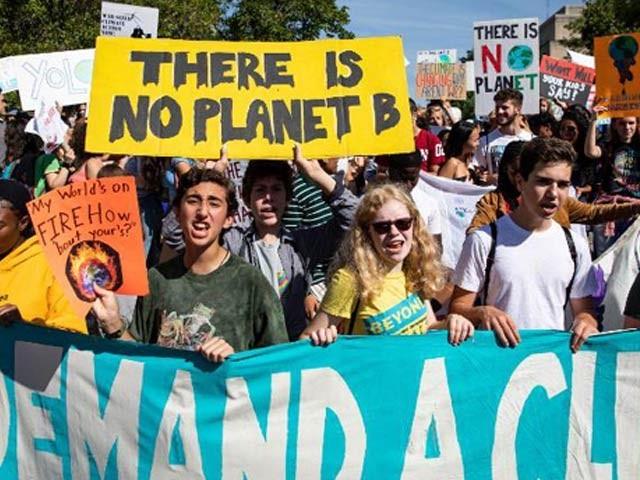 دنیا بھر میں  140 سے زائد ممالک میں گلوبل کلائمٹ اسٹرائک کے تحت زمین کے تحفظ اور موسمیاتی تبدیلیوں کے خلاف ریلیاں اور مظاہرے جاری ہیں۔ فوٹو: سی این این