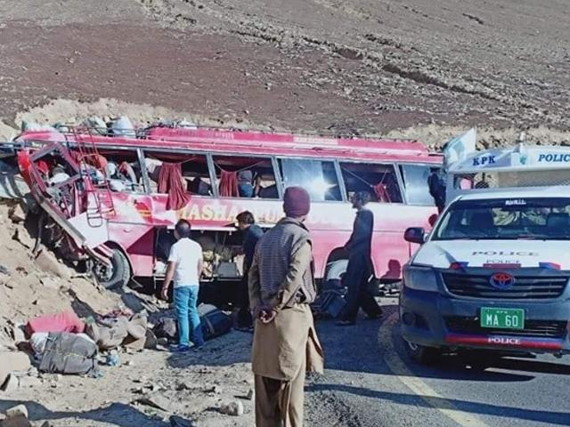 کوچ سڑک کنارے پہاڑی چٹانوں سے ٹکرا کرالٹی، پولیس فوٹو: سوشل میڈیا