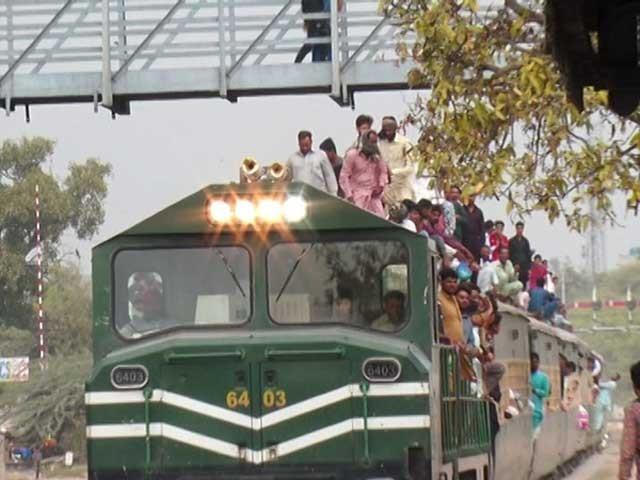 بعض افراد ٹرین کی چھتوں سے گرکر اپنی قیمتی جانیں گوا کرچکے ہیں۔ فوٹو: بلال غوری