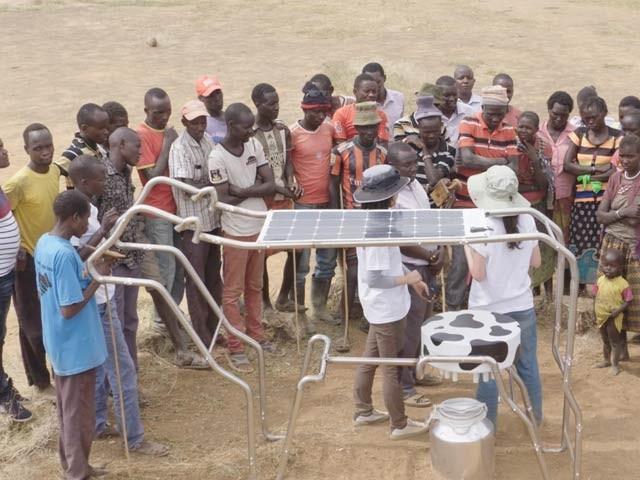 ایک کمپنی نے افریقی گاؤں میں گائے کی شکل کا سولر پاور بینک بنایا ہے جس سے بچے اپنی بیٹریاں چارج کرسکتے ہیں (فوٹو: بشکریہ یوک کمپنی)