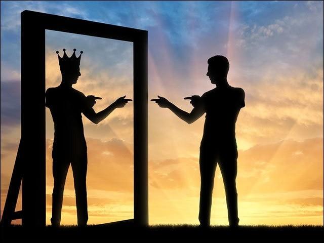 خودپسندی یا نرگسیت ایک نفسیاتی عارضہ ہے۔ (فوٹو: انٹرنیٹ)
