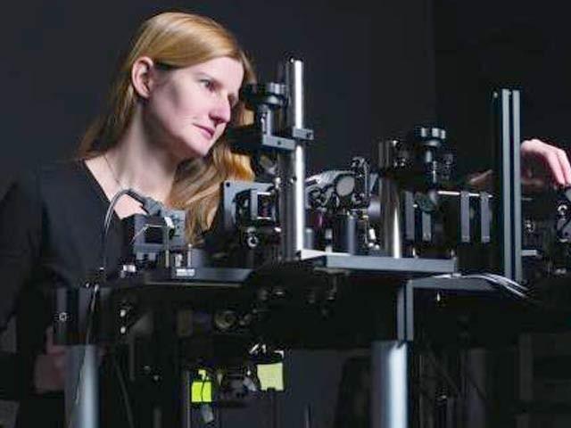 امریکی ماہرین نے زندہ خلیات اور حیاتیاتی نظام کو تھری ڈی دکھانے والی انقلابی خردبین تیار کرلی ہے۔ تصویر میں ایلزبتھ ہلمان اپنی تخلیق کے ساتھ موجود ہیں۔ فوٹو: